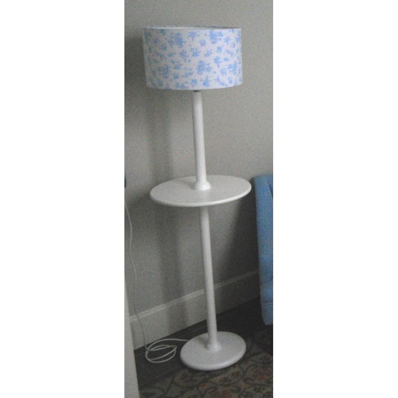 Pie de lampara con bandeja de madera lacada y pantalla - Lamparas de pie con mesita ...